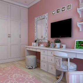 Черный телевизор на стене розового цвета