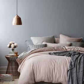 Серо-розовый интерьер спальной комнаты