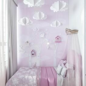 Небольшая кроватка в маленькой комнате