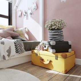 Желтый чемодан на полу спальни