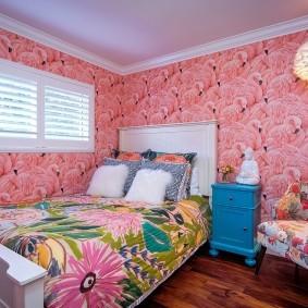 Розовые обои в спальне частного дома