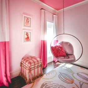 Комбинированные шторы на окнах спальни