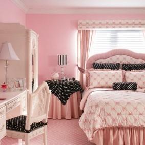 Акценты серого цвета в розовой спальне