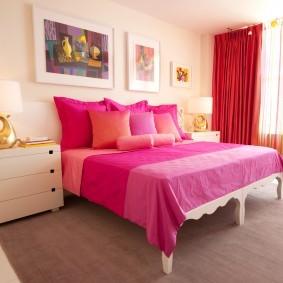 Красные шторы и розовое покрывало