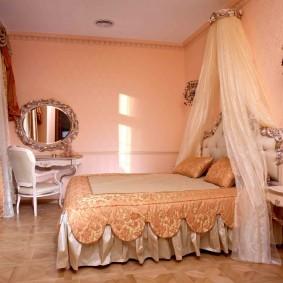 Бежевый текстиль в розовой комнате