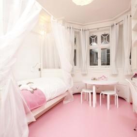 Розовый пол в небольшой спальне