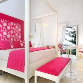 Белая кровать на керамическом полу