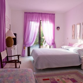 Сиреневые занавески в спальной комнате