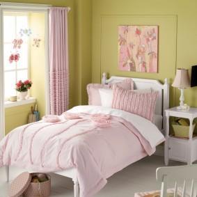Розовая штора на белом карнизе