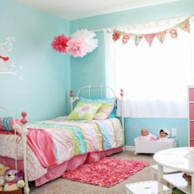 Розовый текстиль в бирюзовой комнате