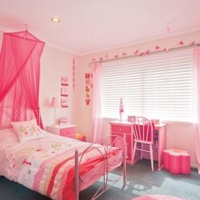 Розовый балдахин из легкой ткани