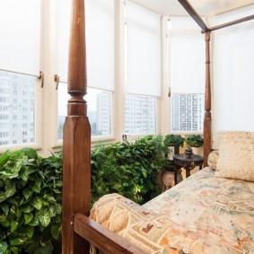 Зона отдыха на балконе с растениями