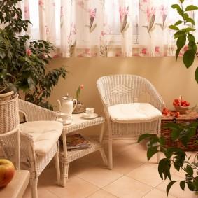 Садовая мебель на застекленной лоджии