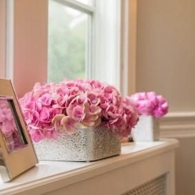 Розы в контейнере на пластиковом подоконнике