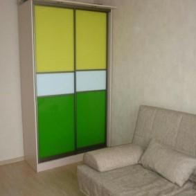 Желто-зеленые дверцы шкафа-купе
