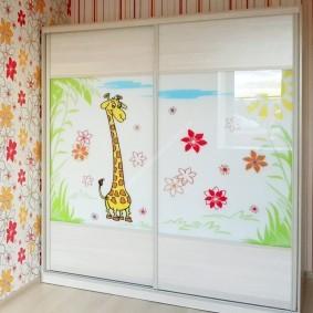 Наклейка с жирафом на дверце шкафа