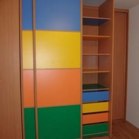 Разноцветные вставки на дверцах шкафа