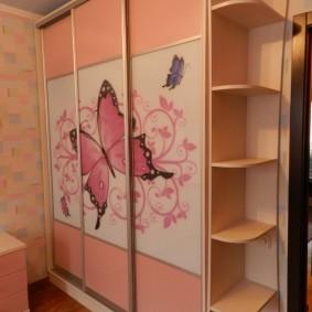 Трехстворчатый шкаф в комнате маленькой девочки
