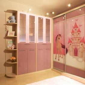 Угловой комплект мебели в комнате для двоих детей