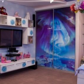Подвесная тумба на стене детской комнаты
