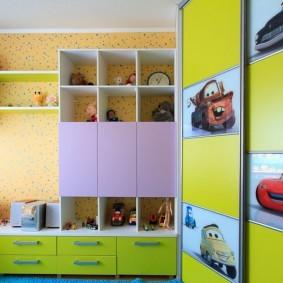Яркие наклейки с машинками на шкафу в детской