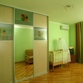 Зеленые стены в комнате для малыша