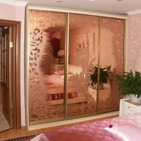 Стильный шкаф в комнате девочки