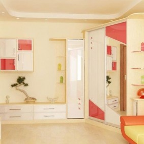 Детская комната с бежевыми стенами