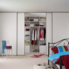 Вместительный шкаф во всю стену детской комнаты