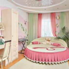 Круглая кровать с розовым текстилем