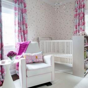 Белая мебель в комнате для младенца