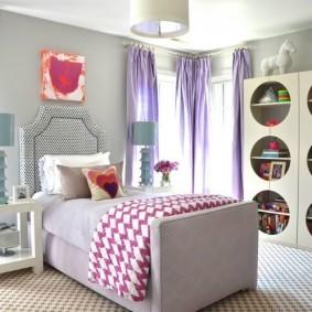 Сиреневые занавески в спальне для девочки