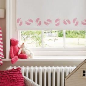 Розовый принт на рулонной шторе