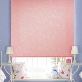 Розовая штора рулонного типа