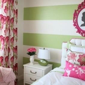 Зеленые полосы на стене спальни