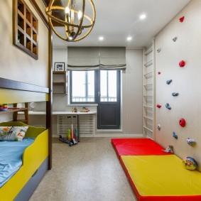 Красно-желтый мат на полу детской комнаты