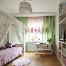 Светло-зеленые шторы на окне комнаты для подростка