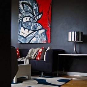 Яркий декор комнаты с темными стенами