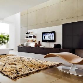 Стильное кресло в современной гостиной