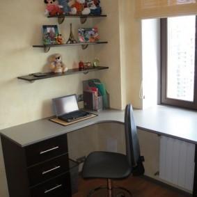 Стол-подоконник с выходом на стену