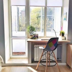 Столик для ноутбука вместо подоконника в гостиной