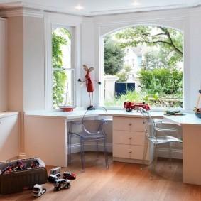 Письменный стол для двоих школьников в эркере частного дома