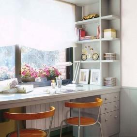 Горшочки с комнатными цветами на столе-подоконнике