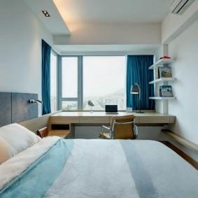 Синие шторы в узкой комнате