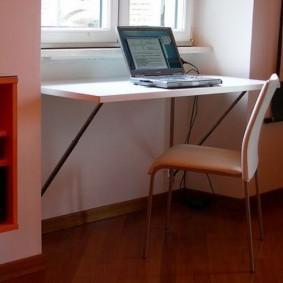 Откидной столик перед окном в детской
