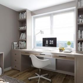 Компьютерный монитор на столе перед окном