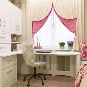 Двусторонние занавески на окне комнаты для девочки