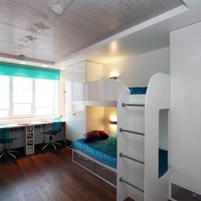Белая мебель в комнате мальчиков