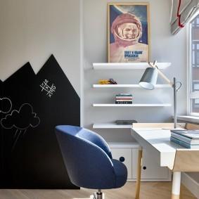 Офисное кресло синего цвета