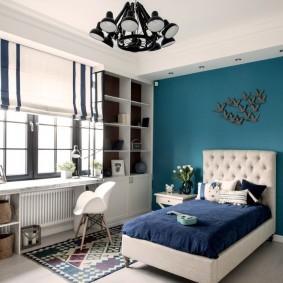 Синяя стена в комнате мальчика-школьника